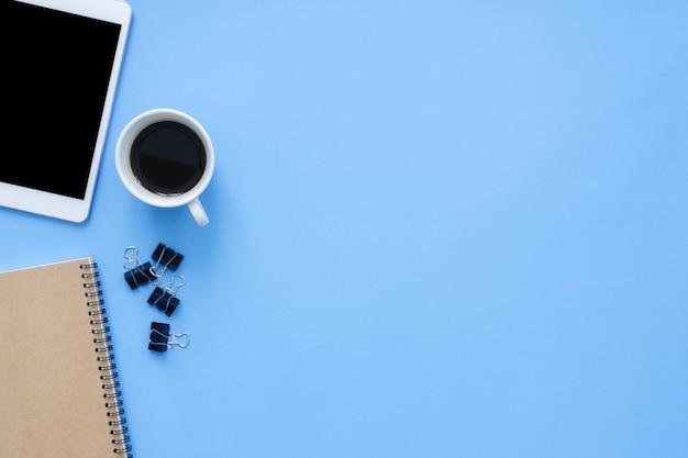 Espaço de trabalho da mesa de escritório - vista planície plana vista da maquete foto do espaço de trabalho com dispositivo inteligente