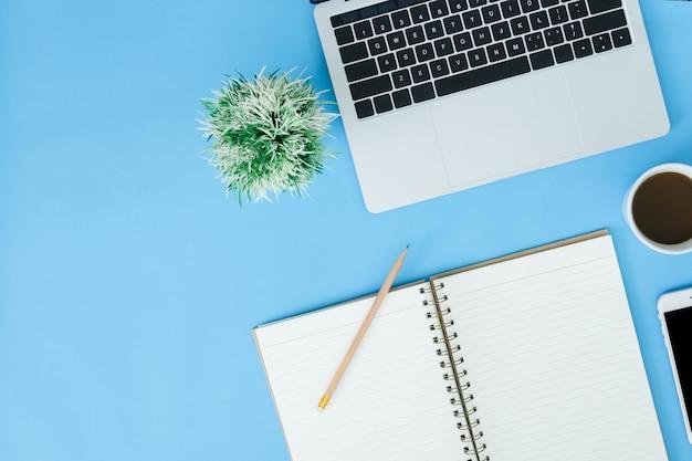 Espaço de trabalho da mesa de escritório - vista planície plana vista superior da foto do espaço de trabalho com laptop