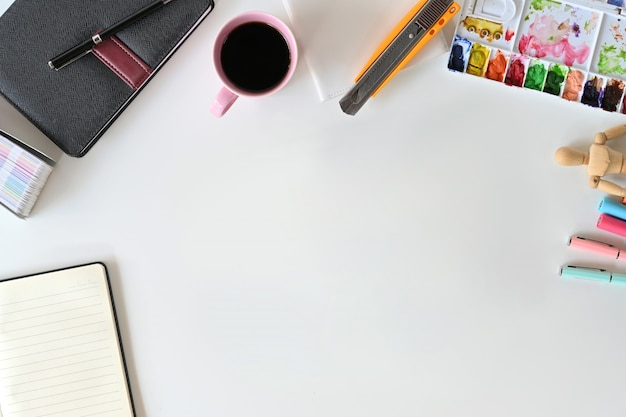 Espaço de trabalho da mesa do tabletop do artista e espaço da cópia.