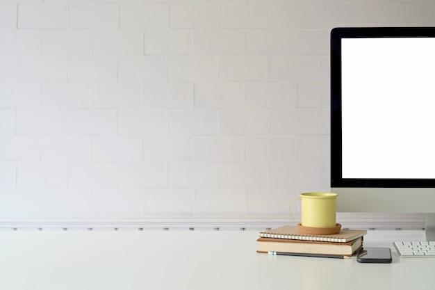 Espaço de trabalho de escritório com computador e espaço de cópia
