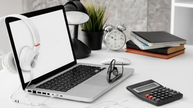 Espaço de trabalho de escritório com laptop e calculadora