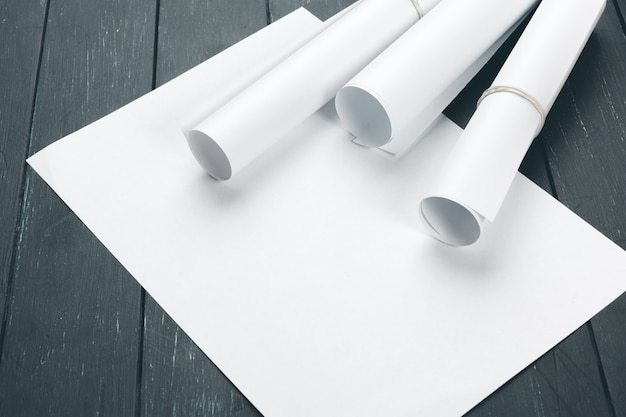 Espaço de trabalho de escritório com papel em branco, lápis e várias ferramentas de desenho, vista superior
