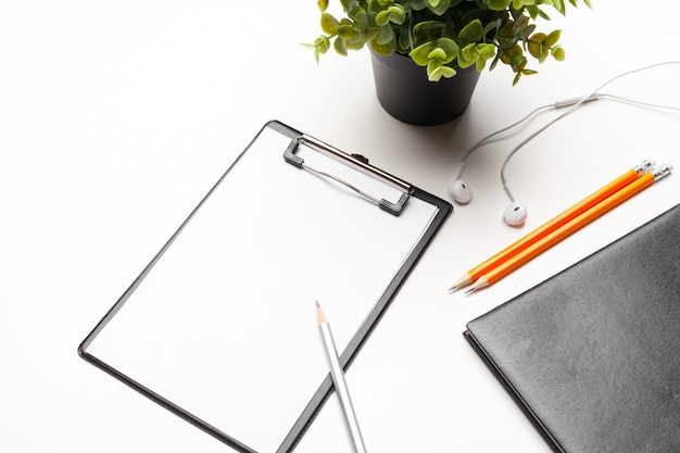 Espaço de trabalho de escritório em casa com a área de transferência. vista plana leiga, superior. modelo para blog, blog, negócios
