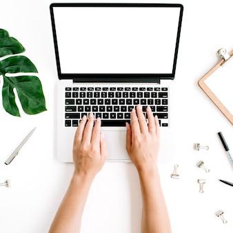 Espaço de trabalho de escritório em casa com as mãos trabalhando no teclado do laptop