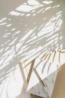 Espaço de trabalho de escritório em casa com caderno em branco com sombra de planta