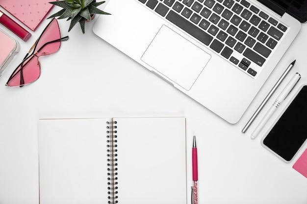 Espaço de trabalho de escritório em casa, copyspace com suprimentos e tecnologia