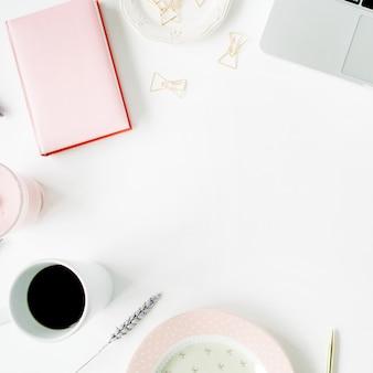 Espaço de trabalho de escritório em casa feminino de moda plana leigos. laptop, diário rosa, café, caneta dourada e clipes