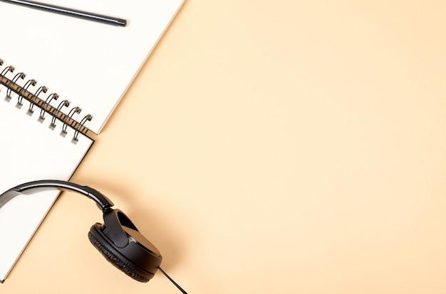 Espaço de trabalho de escritório em casa para blogar com notebook e fones de ouvido.
