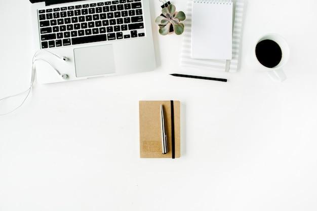 Espaço de trabalho de escritório em casa plana leigos com laptop, diário, café, suculenta e fones de ouvido, em branco.