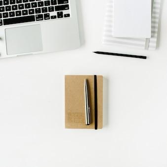 Espaço de trabalho de escritório em casa plana leigos com laptop, diário e fones de ouvido, em branco.