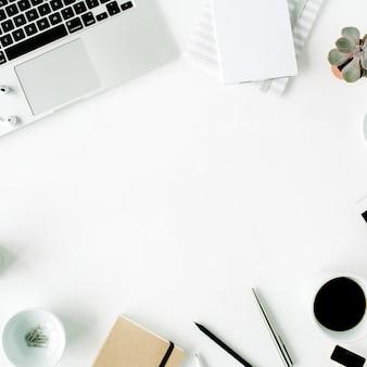 Espaço de trabalho de escritório em casa plano com laptop, diário, suculenta e acessórios em branco