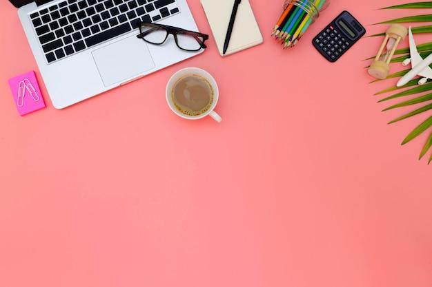 Espaço de trabalho de escritório plana leigos com laptop em branco