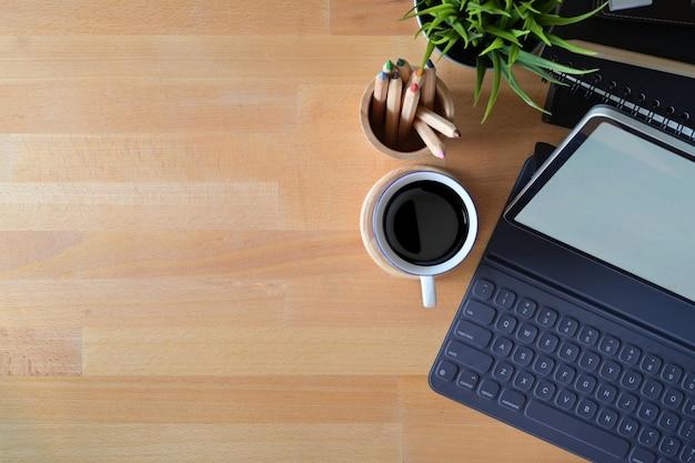 Espaço de trabalho de escritório vista superior com material de escritório e espaço de cópia