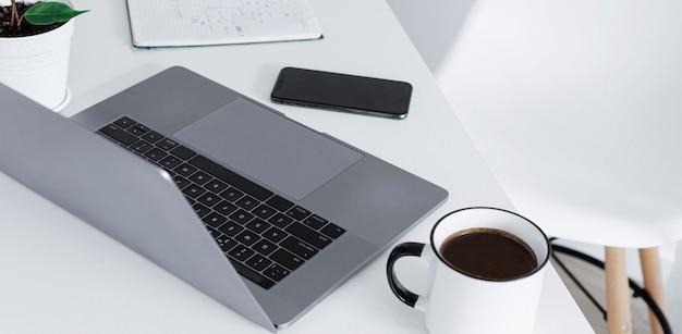 Espaço de trabalho de freelancer com escritório em casa portátil trabalho remoto ou conceito de aprendizagem on-line