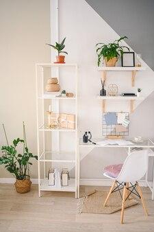 Espaço de trabalho de home office vazio em apartamento aconchegante com design escandinavo moderno