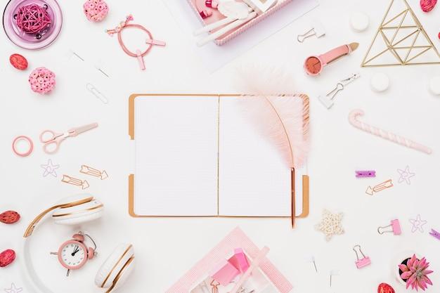 Espaço de trabalho de jovem aluna criativa