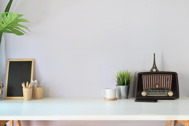 Espaço de trabalho de loft com rádio vintage, cartaz de maquete e espaço de cópia