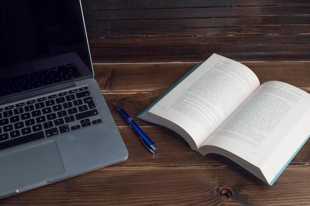 Espaço de trabalho de madeira ainda vida com laptop