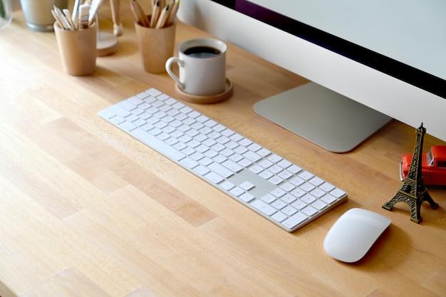 Espaço de trabalho de madeira da tabela com computador e materiais de escritório home. copie o espaço e o local de trabalho