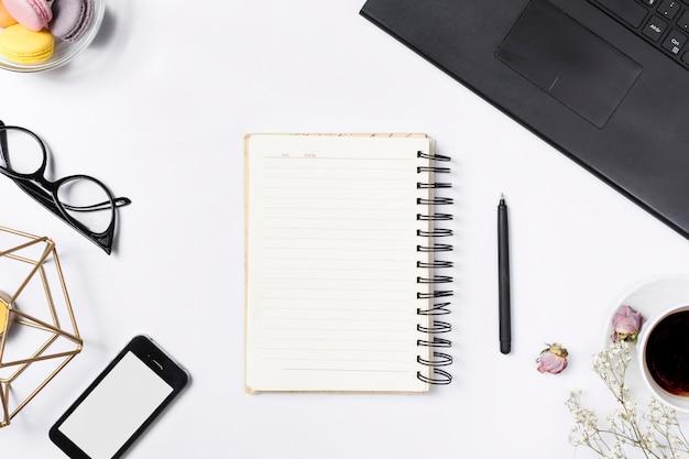 Espaço de trabalho de mesa com vários elementos