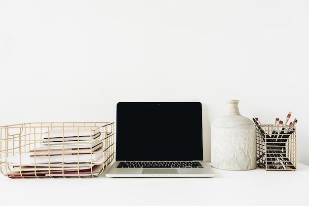 Espaço de trabalho de mesa de escritório em casa moderno e elegante com laptop de tela de maquete em branco