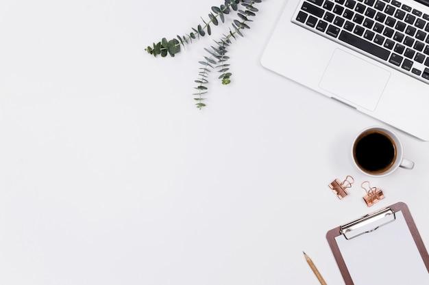 Espaço de trabalho de mesa de escritório em casa mulher com laptop