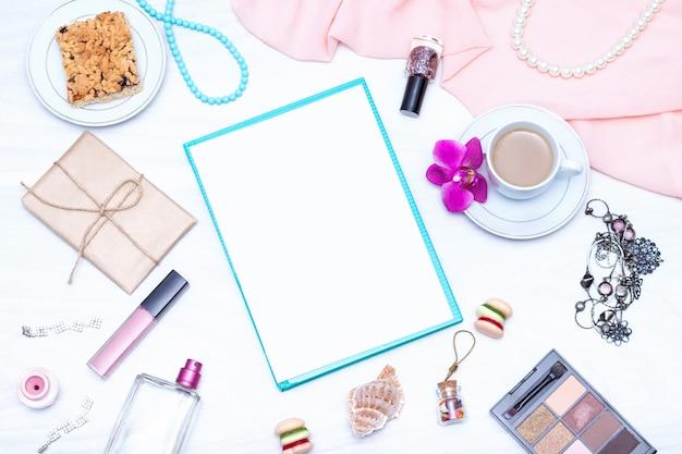 Espaço de trabalho de mesa feminina vista plana leiga, superior com café, papel em branco. idéias, notas ou conceito de escrita de plano.