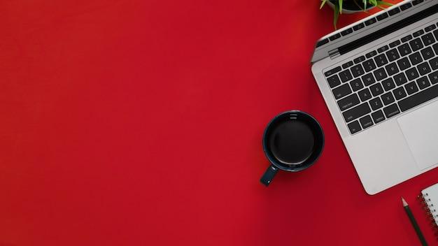 Espaço de trabalho de mesa superior rad com laptop e cópia espaço