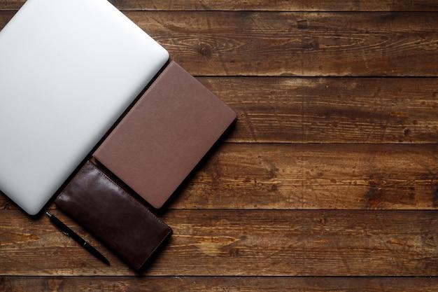 Espaço de trabalho de um empresário. vista de cima . café notebook e laptop na área de trabalho com nota preta.