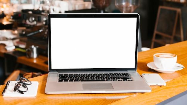 Espaço de trabalho de visão frontal com laptop