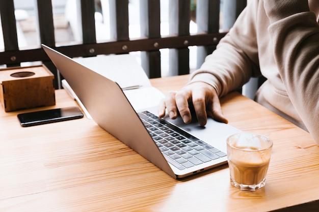Espaço de trabalho de visualização lateral com laptop