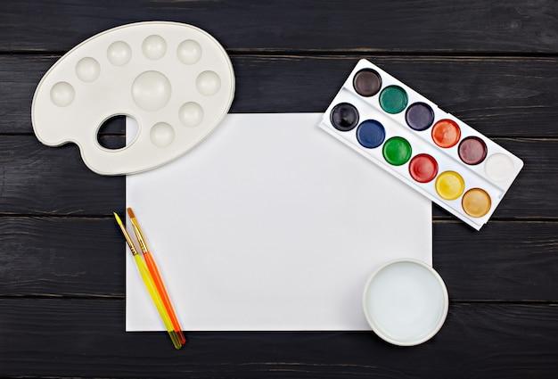 Espaço de trabalho do artista com paleta de aquarela