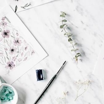Espaço de trabalho do artista. pinturas em aquarela com flores