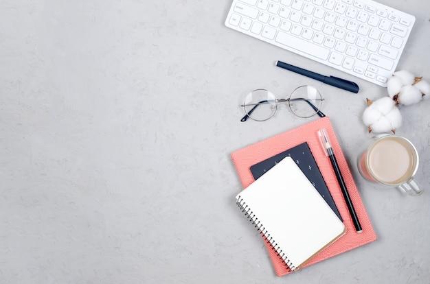 Espaço de trabalho do blogger ou freelancer com tulipas, caderno, relógio e vazio