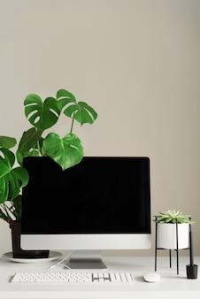 Espaço de trabalho do designer. escritório em casa minimalista. computador desktop tela em branco