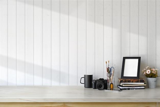 Espaço de trabalho do fotógrafo com fontes e espaço da cópia. mesa de mármore e gadget moderno.