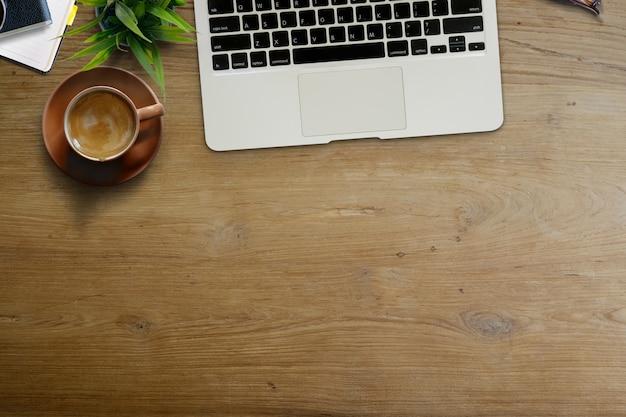Espaço de trabalho do negócio, caneca de café da mesa de escritório e acessório do escritório com espaço da cópia.