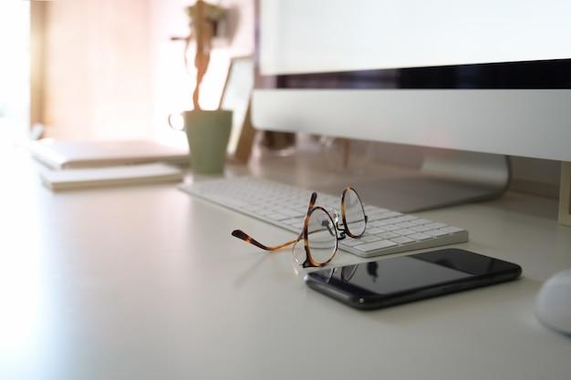 Espaço de trabalho do office com computador desktop