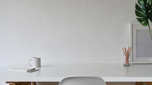 Espaço de trabalho e cópia espaço, mesa branca e pôster de maquete