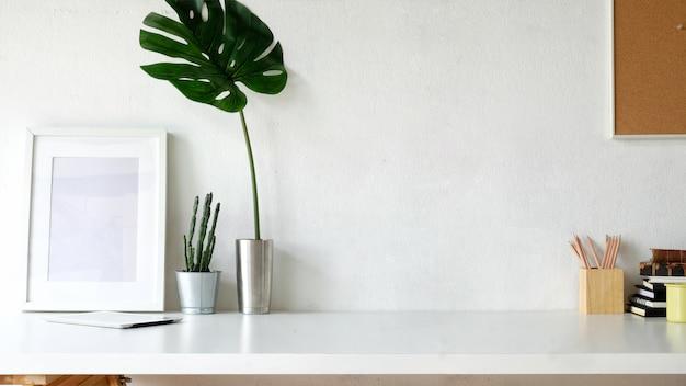 Espaço de trabalho e cópia space.mockup cartaz na mesa branca