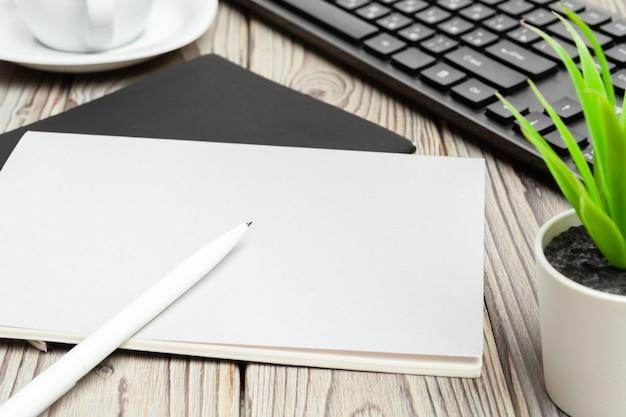 Espaço de trabalho elegante com computador desktop, material de escritório no escritório.
