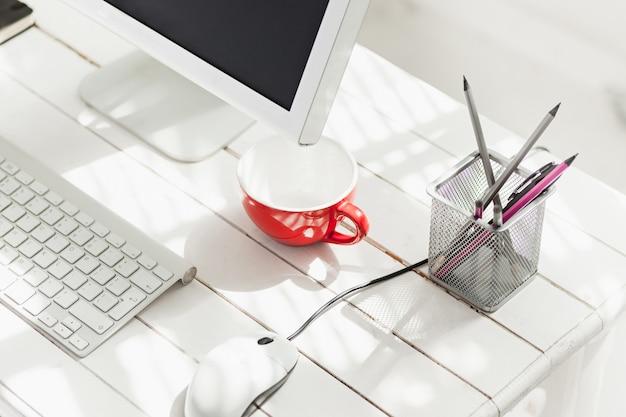 Espaço de trabalho elegante com computador em casa ou estúdio