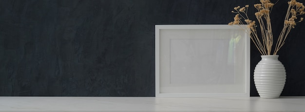 Espaço de trabalho elegante com mock up frame e cópia espaço, parede cinza escuro