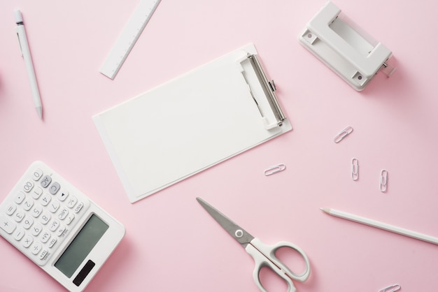 Espaço de trabalho elegante com papel de carta branco em branco sobre fundo rosa suave pastel, copie o espaço. modelo para seu projeto.
