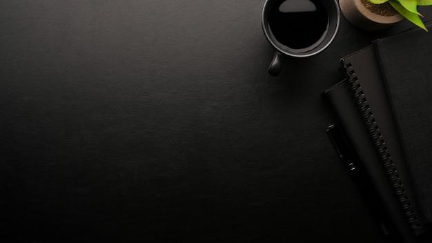 Espaço de trabalho elegante fundo preto caderno preto xícara de café preto cópia espaço plano lay