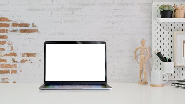 Espaço de trabalho elegante minimalista e laptop