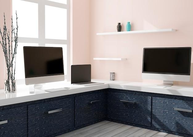 Espaço de trabalho em casa com dois computadores desktop e um laptop.
