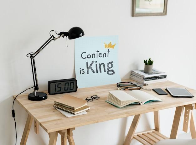 Espaço de trabalho estilo minimalista com uma frase conteúdo é rei