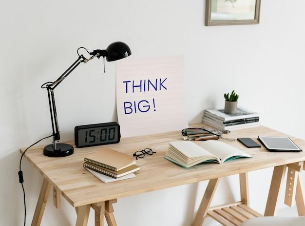 Espaço de trabalho estilo minimalista com uma frase pense grande