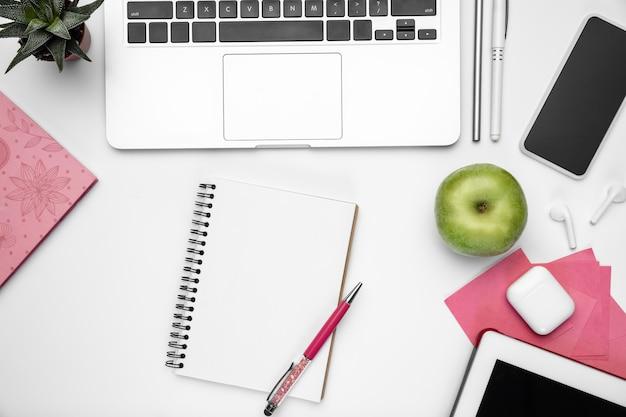 Espaço de trabalho feminino de escritório em casa plana